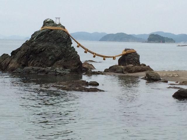 Diese Felsen symbolisieren in der japanischen Mythologie Mann und Frau.