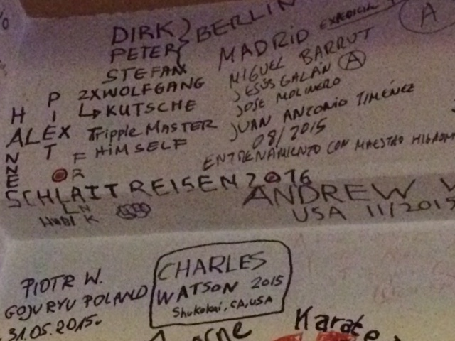 Dojo Bar - Namen an der Wand